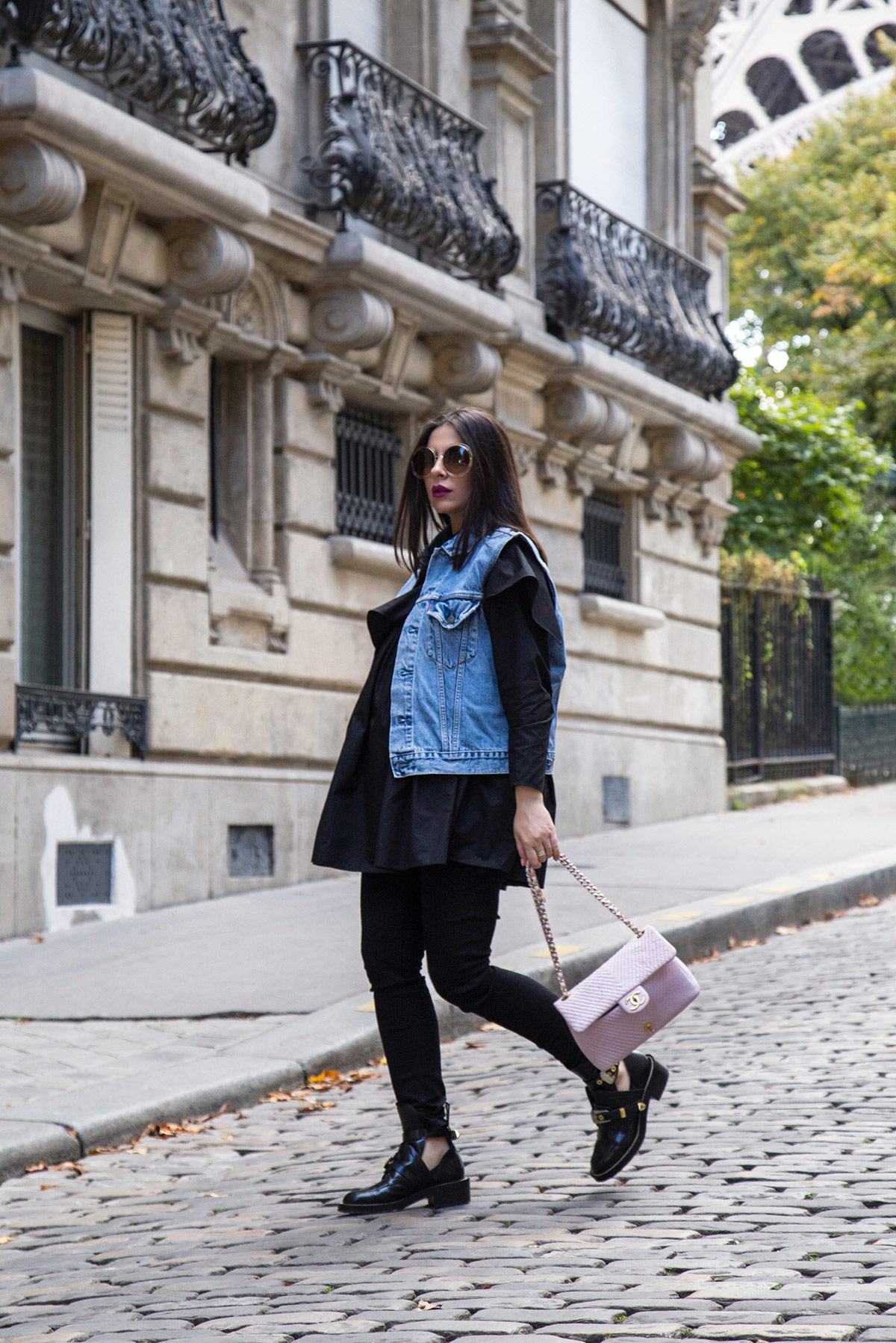 off-duty total black look with a pop of color by Stella Asteria - Lifestyle and Fashion Blogger - Paris Street Style inspiration, pregnancy style and how to dress the bump - pink Chanel bag and Balenciaga combat boots